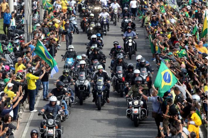 Bolsonaro participa, sem máscara, de ato com motociclistas no rio