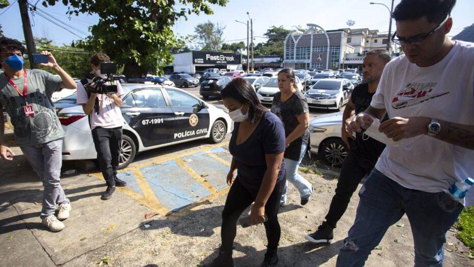 Polícia aparta tumulto entre padrasto de mc kevin e amigos do funkeiro diante de delegacia