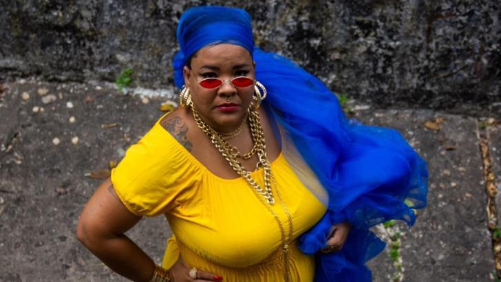 """Cantora potiguar clara relembra resiliência e sofrimento da diáspora negra no poderoso remix de """"carga"""""""
