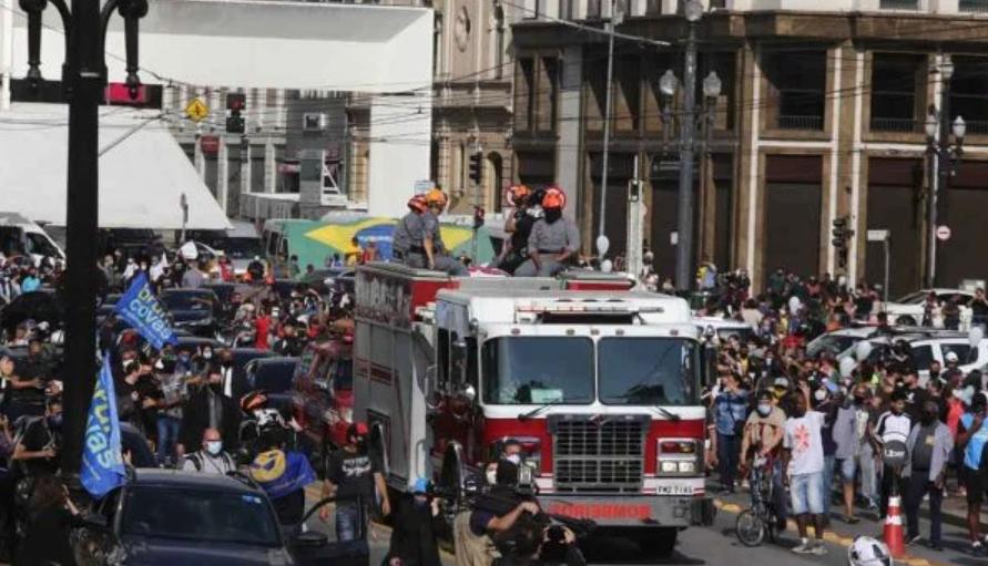 Cortejo com corpo de bruno covas reúne centenas de pessoas em sp