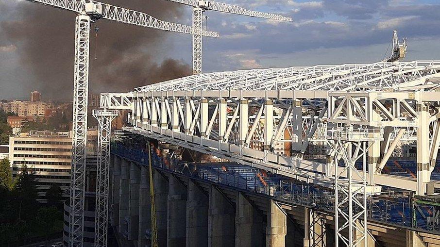 Em reforma, estádio do real madrid, santiago bernabéu, é atingido por incêndio; veja