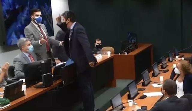 Vídeo: deputado parte para cima de colega em comissão que debate medicamentos à base de maconha
