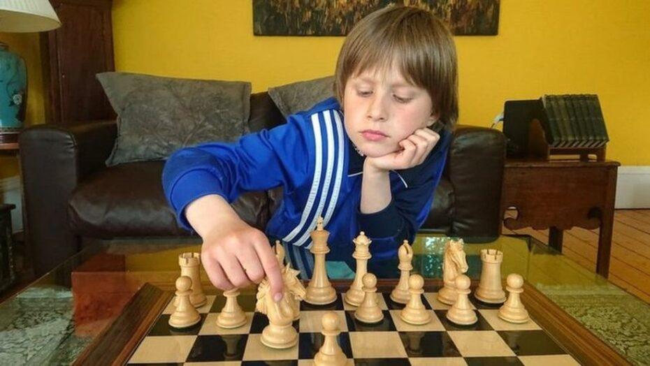 """Menino de 10 anos derrota mestre de xadrez e dispara: """"fez movimentos inadequados e tirei vantagem disso"""""""