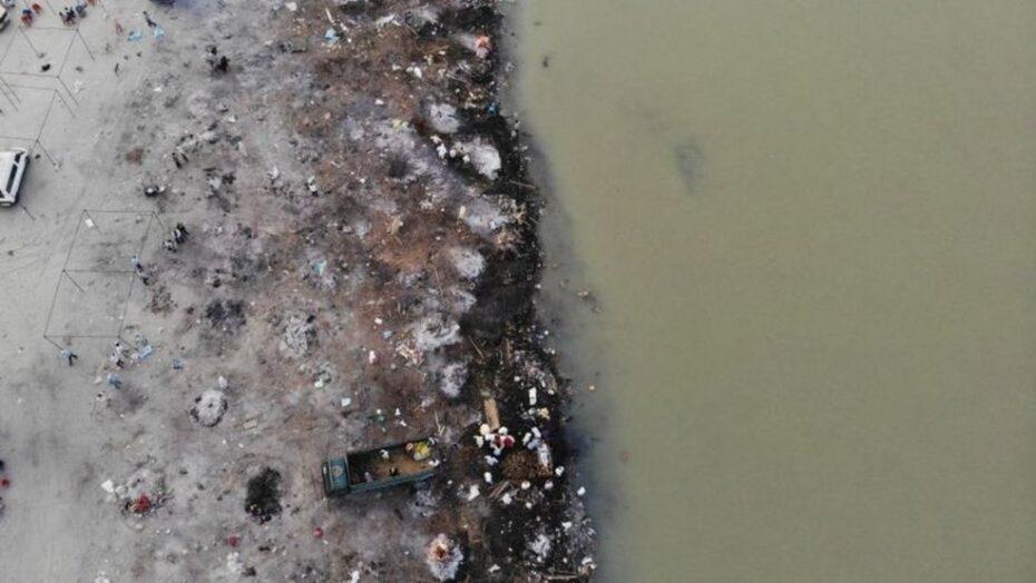 Considerado sagrado, rio vira 'cemitério' com corpos flutuantes ou enterrados às margens na Índia