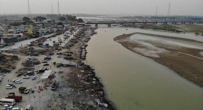 Dezenas de corpos de possíveis vítimas da covid aparecem em rio considerado sagrado na Índia