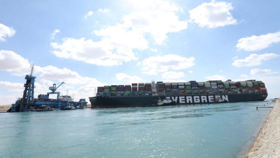 Meganavio ever given ainda está ancorado no canal de suez com tripulação presa