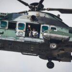 De helicóptero, bolsonaro sobrevoa a esplanada, onde apoiadores fazem manifestação