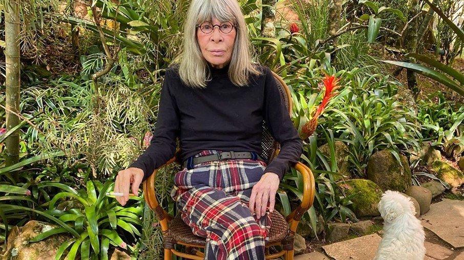 """Rita lee descobre tumor no pulmão aos 73 anos e publica nota em rede social: """"sequência aos tratamentos"""""""