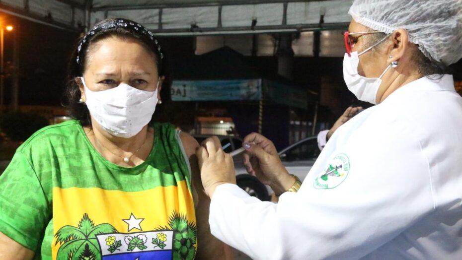 """Fátima bezerra toma segunda dose da coronavac, que estava atrasada, e comemora: """"chegou a minha vez"""""""