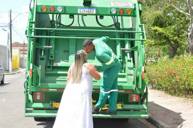 Para homenagear marido, noiva faz ensaio de casamento em caminhão de coleta de lixo