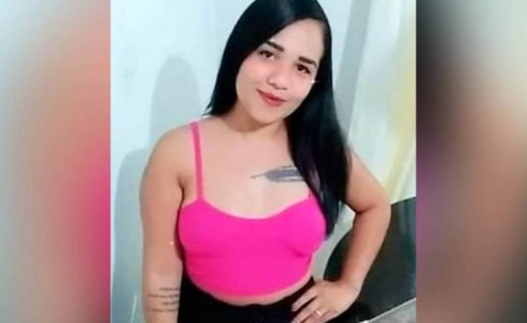Polícia indicia mãe e padrasto de homem que matou companheira com taco