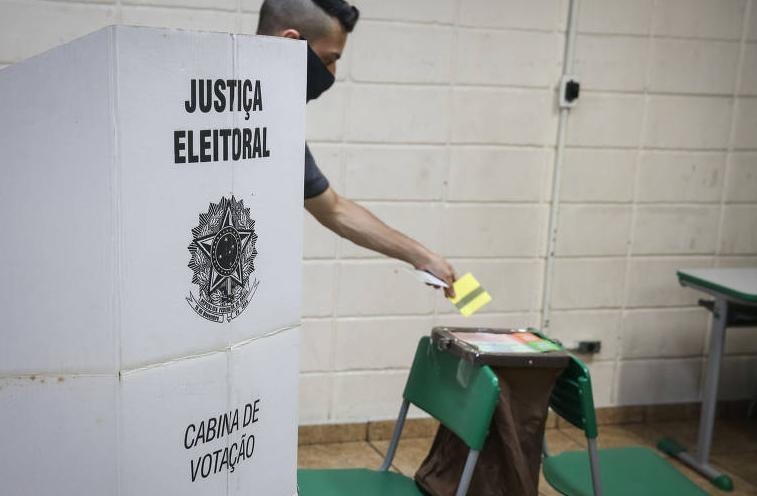 Marcelo hollanda: brasil caminha rapidamente rumo ao século 19 com o voto impresso