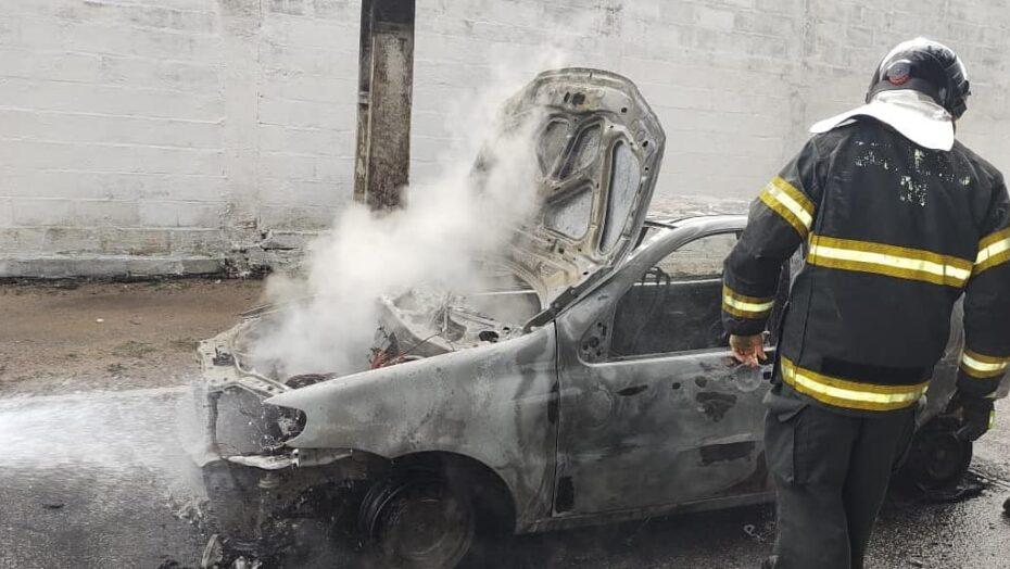 Vídeo: carro pega fogo após pane elétrica, bombeiros são acionados e veículo fica destruído