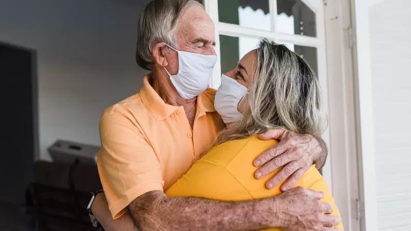Saiba como abraçar com segurança na pandemia