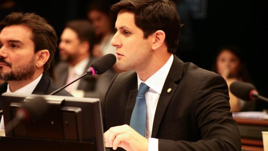 """""""taxação de livros no brasil é um retrocesso"""", afirma deputado rafael motta"""