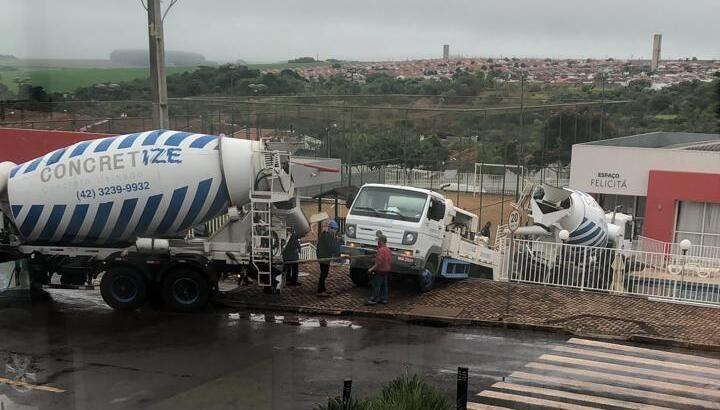 Caminhão-betoneira cai em piscina, guincho chamado para resgate também e terceiro veículo quebra