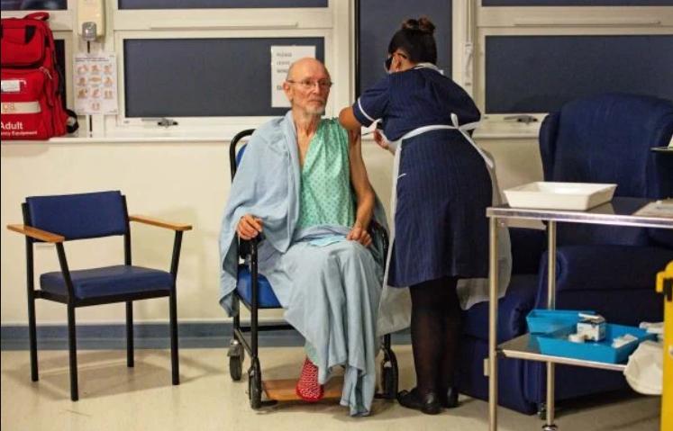 Morre william shakespeare, primeiro homem vacinado contra covid-19