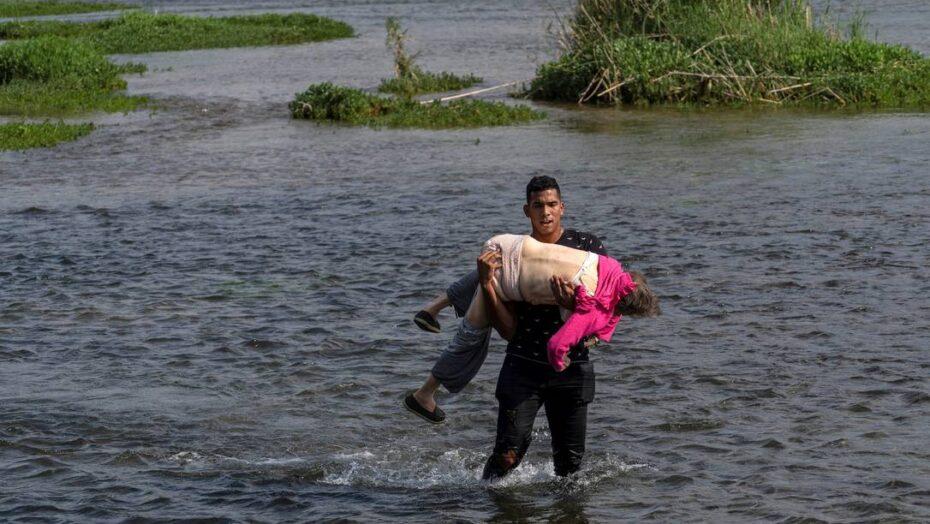 Imagem de idosa venezuelana carregada para cruzar rio que separa méxico dos eua ressalta drama dos imigrantes