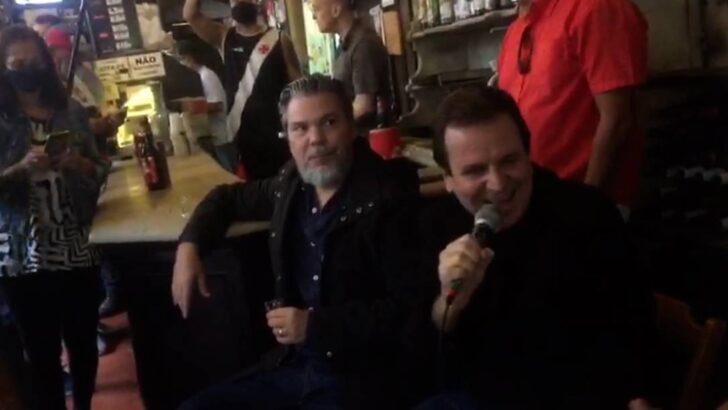 Após vídeo se espalhar, prefeito do rio pede desculpas por cantar sem máscara e promover aglomeração em bar