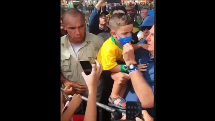 Durante visita ao rn, bolsonaro pega criança no colo e tira máscara dela