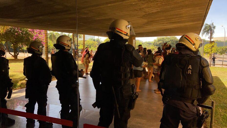 VÍdeo: pm e indígenas entram em confronto durante protesto em brasília