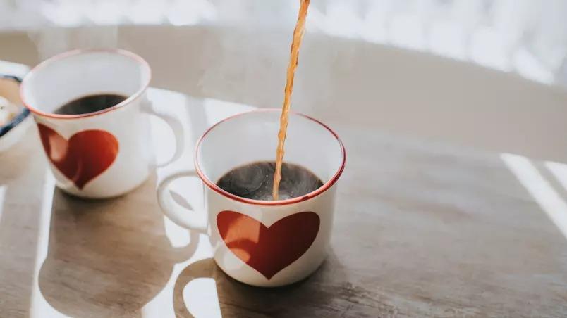 Beber café de qualquer tipo reduz o risco de problemas no fígado, diz estudo