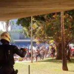Flechas x armas de fogo: indígenas e policiais entram em confronto em frente à câmara dos deputados