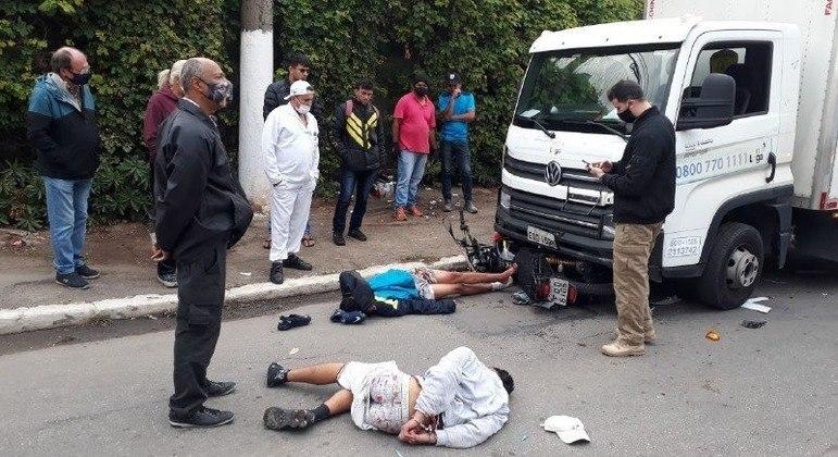 Caminhoneiro vê assalto e atropela suspeitos que acabam presos em flagrante