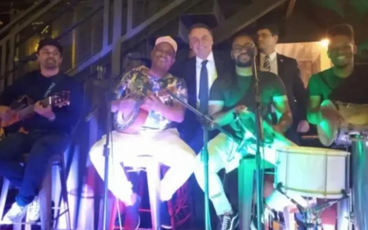 Sem máscara, bolsonaro participa de festa de secretário