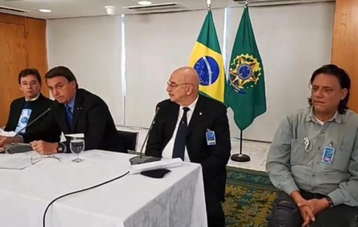 "Vídeos mostram ""ministério paralelo"" orientando bolsonaro contra vacinas, revela portal"