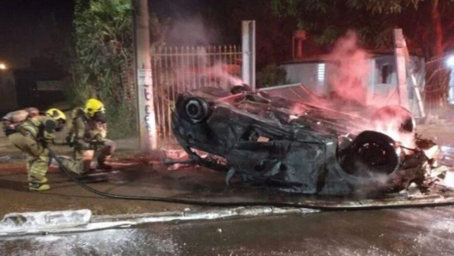 Homem morre após ser ejetado de carro que capotou e pegou fogo