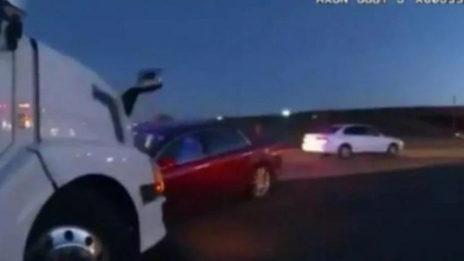 Menina de 9 anos pega carro dos pais, foge com irmã e dirige até bater em caminhão