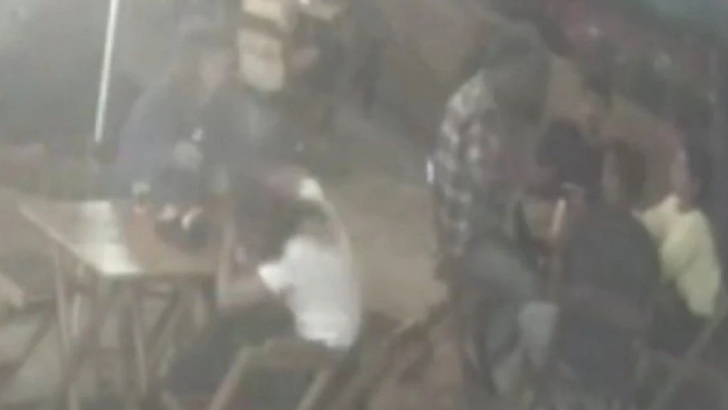 Vídeo: homem leva cadeirada de clientes após dar tapa em mulher em bar no recreio