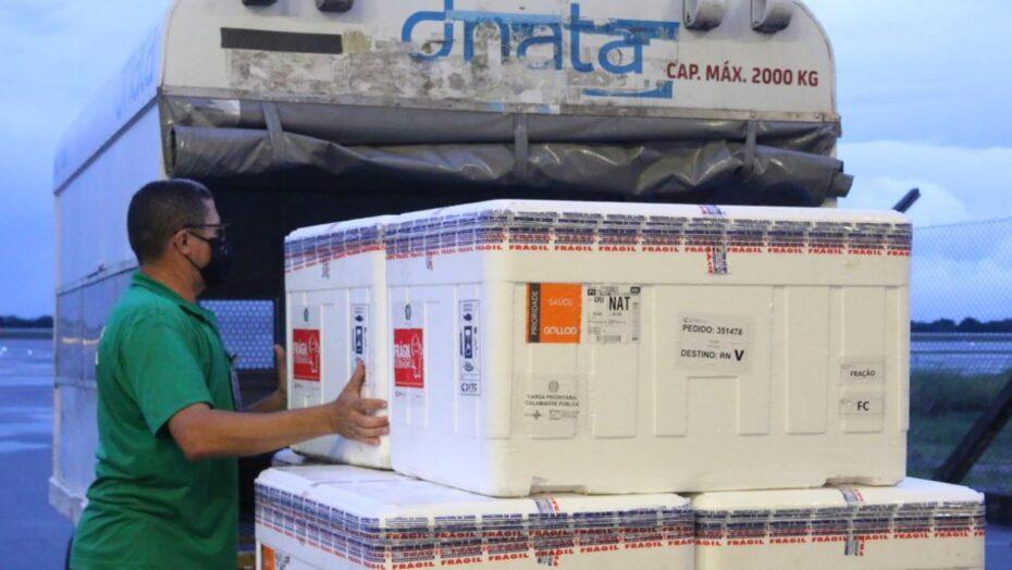 Rn recebe 67 mil doses da vacina astrazeneca; novo carregamento de pfizer chega na quinta-feira