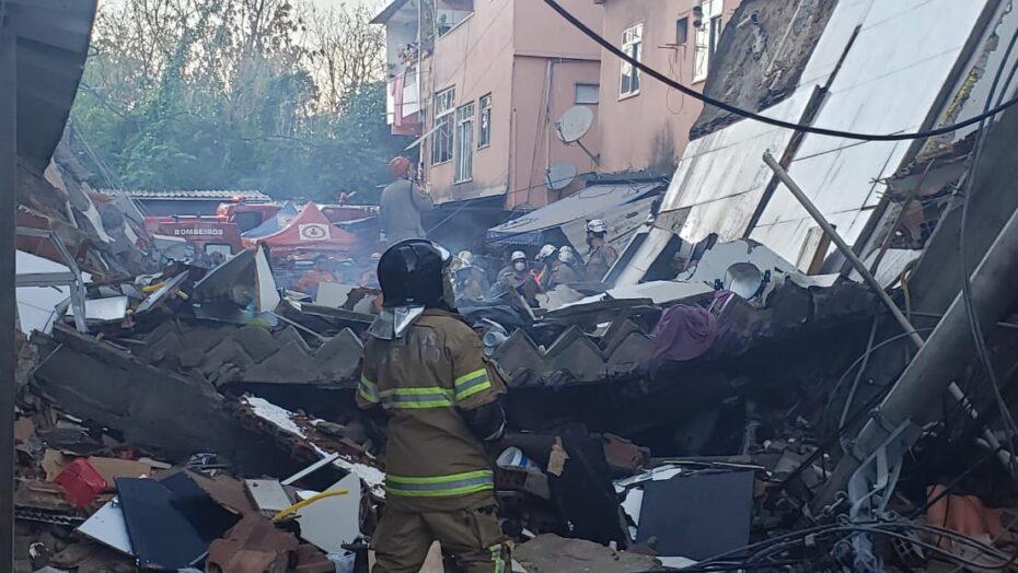 Pai e criança morrem em desabamento de prédio
