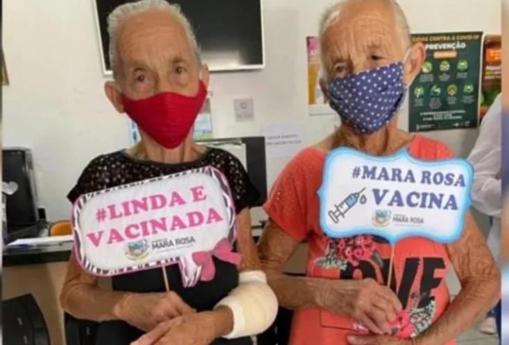 VÍdeo: gêmeas de 80 anos se vacinam juntas contra covid-19