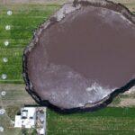 Cratera cresce, chega a 124 metros, engole uma casa e dois cachorros