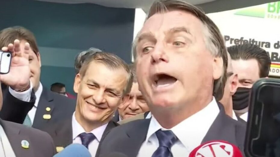 Sem máscara, bolsonaro sobe o tom, prepara afronta e volta a atacar jornalista mulher