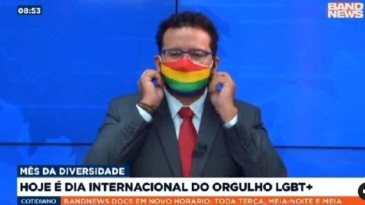 """Ao vivo, apresentador da band surpreende e assume ser gay: """"orgulho de usar esse arco-íris""""; veja o vÍdoe"""