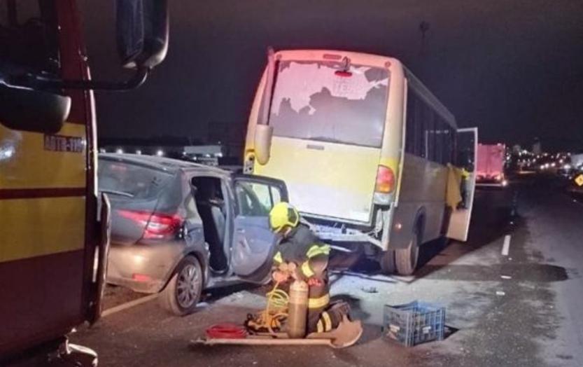 Motorista morre prensado ao parar para consertar micro-ônibus
