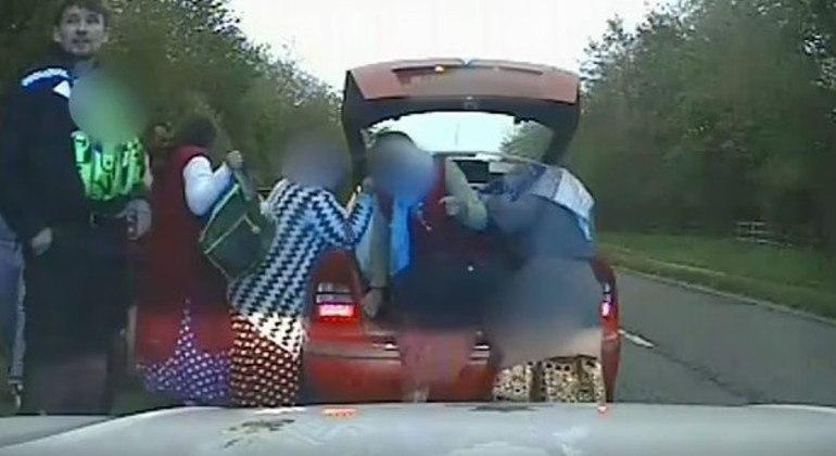 Policiais abordam veículo e descobrem 9 pessoas dentro do carro, incluindo 2 no porta-malas
