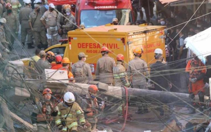 Criança morre sob escombros de prédio que desabou no rio de janeiro