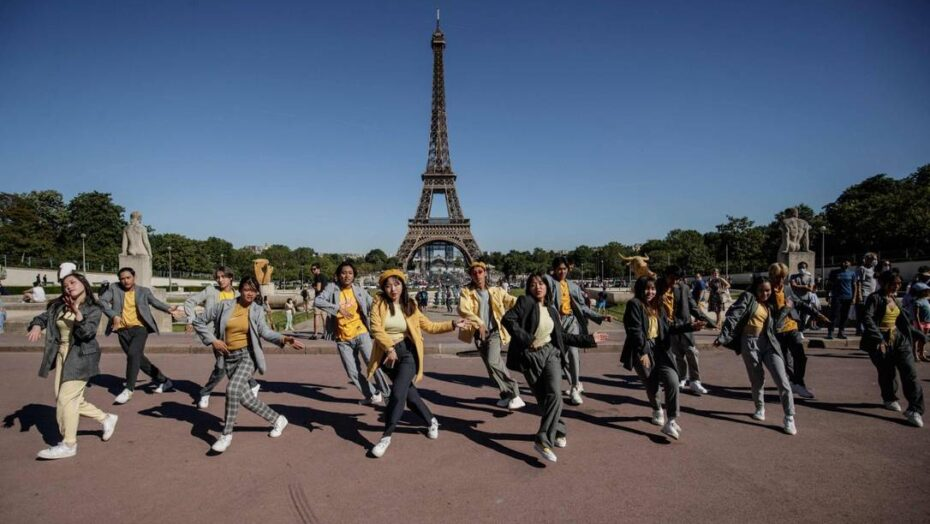 x Dancers from Sheezs group perform at the Trocadero Square in front of the Eiffel Towe jpg pagespeed ic QY JFHZPek