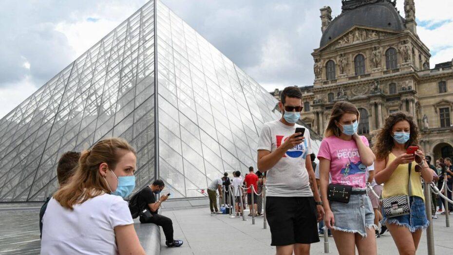 França acaba com uso obrigatório de máscara ao ar livre e antecipa em 10 dias fim do toque de recolher