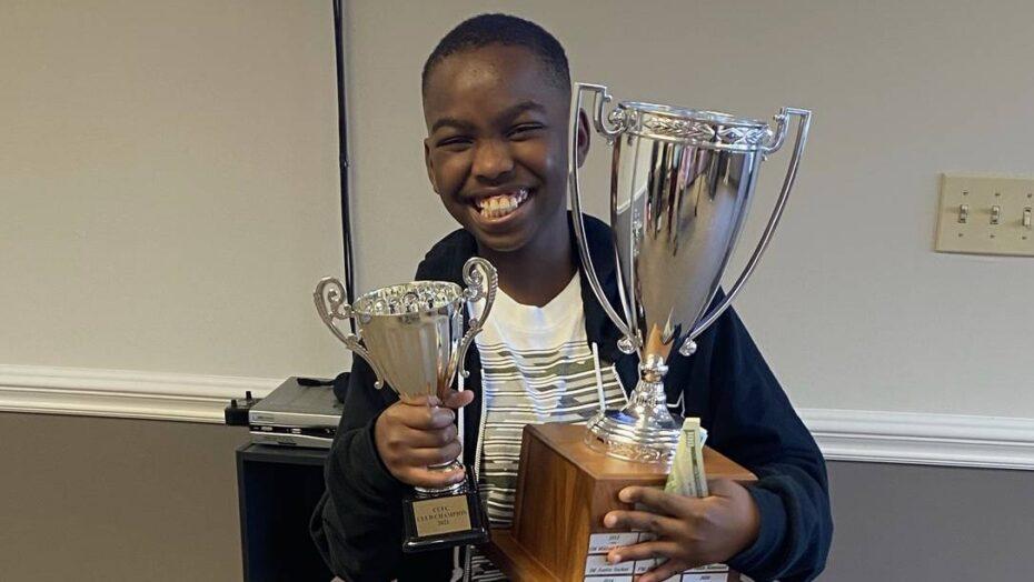 Refugiado nigeriano de 10 anos vira mestre nacional de xadrez nos eua
