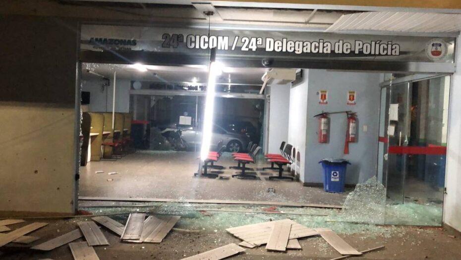 Caos: a bordo de lanchas, criminosos atiram e lançam granada contra delegacia em manaus