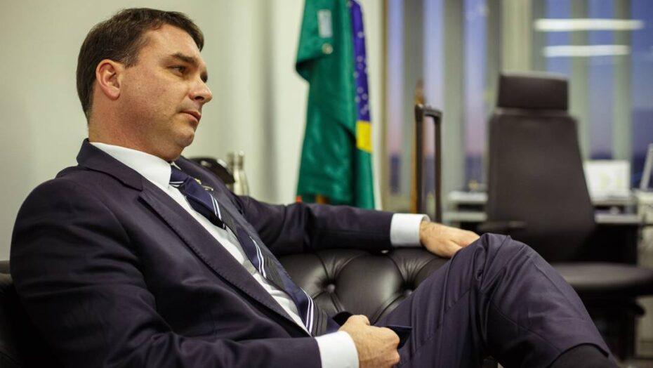 Flávio bolsonaro conhecido como secretário da receita federal em sua casa, confirmar documento
