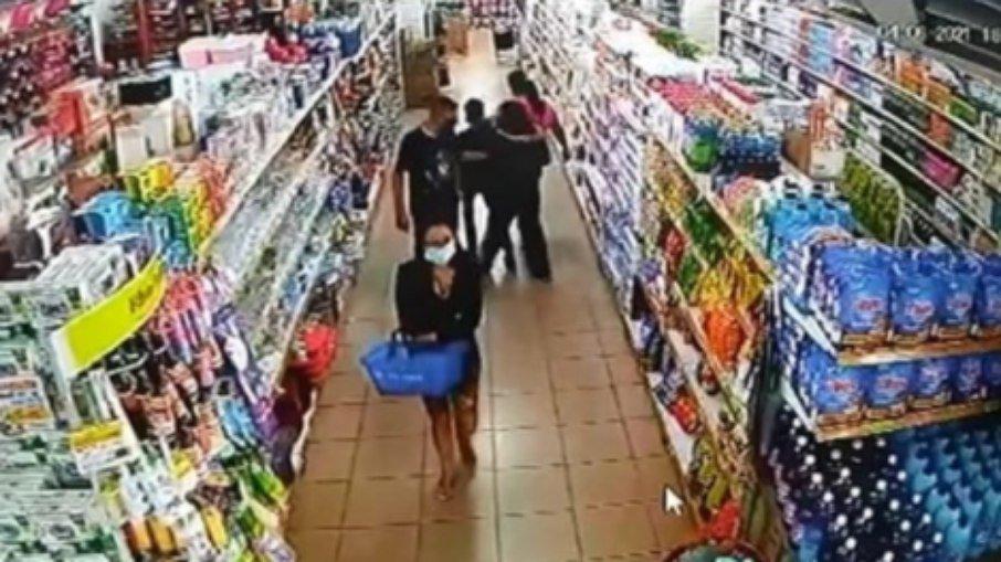 VÍdeo: bombeiro apalpa seio de adolescente em mercado e é preso