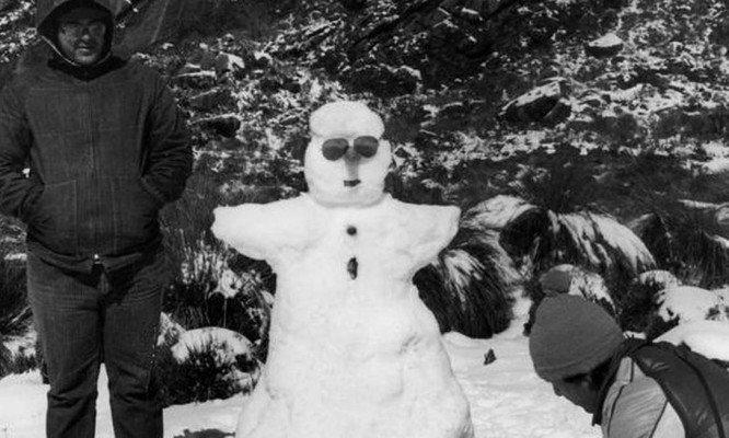 Frio histórico: bonecos de neve e montanhas cobertas por gelo no rio de janeiro