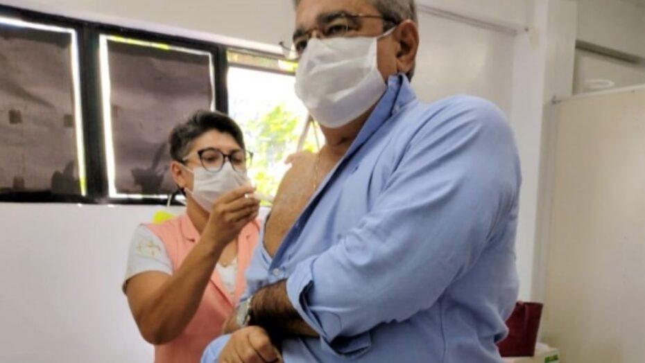 Prefeito Álvaro dias se vacina contra a gripe e incentiva natalenses